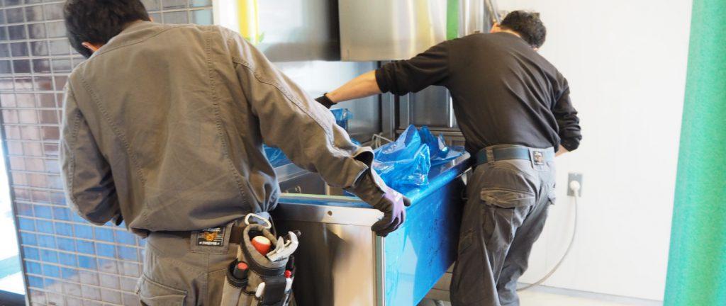 食洗機とシンクを合体させます。かみ合わせをしっかり行う事で、洗い場の作業効率を上げ、水漏れを少なくします。