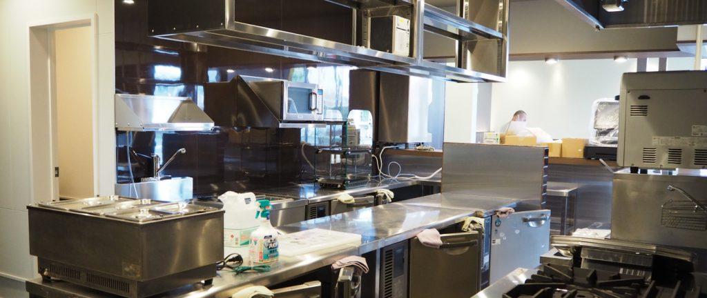 厨房内、色々と物が増えてきました。練習のため、どんどん荷物は入ってきます!
